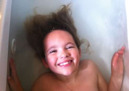This is how to wash your hair in a French bathtub!