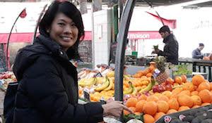 femme devant marché paris