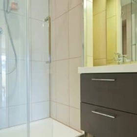 private bathroom in teacher's flat in nice french riviera immersion