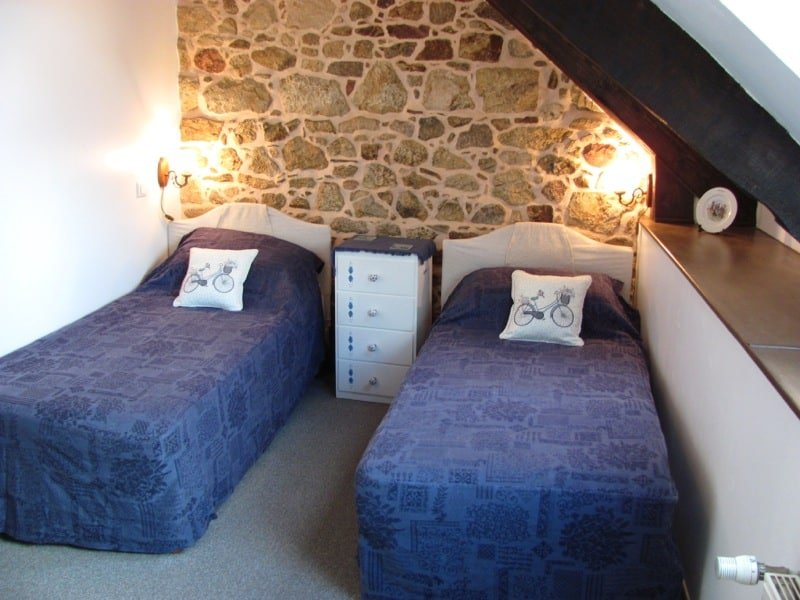 room with 2 single beds - brittany immersion