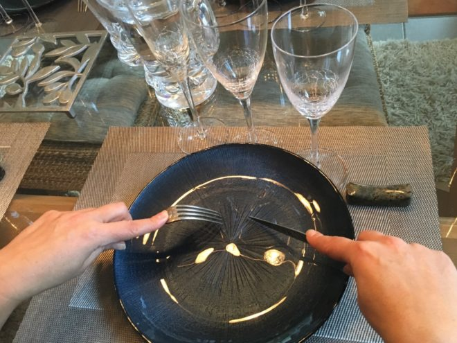 how to hold your silverware at the french table
