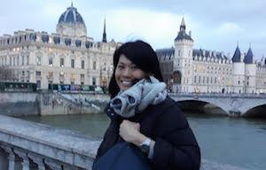 Femme devant monument paris - séjour immersion français chez professeur paris
