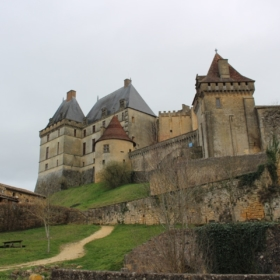 Biron Castle in Dordogne – A French English Bilingual Story