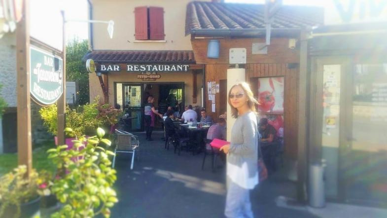 femme devant un restaurant ouvrier